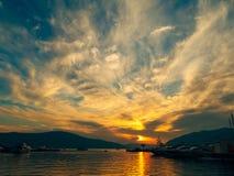 游艇在日落的海运 一条游艇的剪影在backgro的 免版税图库摄影