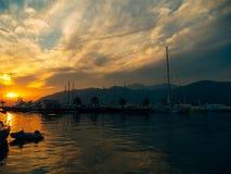 游艇在日落的海运 一条游艇的剪影在backgro的 库存图片