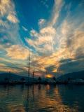 游艇在日落的海运 一条游艇的剪影在backgro的 图库摄影