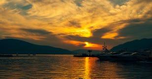 游艇在日落的海运 一条游艇的剪影在backgro的 免版税库存图片