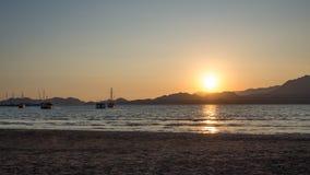 游艇在日落的海,乘快艇 在豪华游艇的浪漫旅行在海日落期间 库存照片