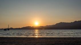 游艇在日落的海,乘快艇 在豪华游艇的浪漫旅行在海日落期间 免版税库存照片