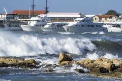 游艇在海在一风暴日 免版税库存图片