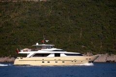 游艇在海岛附近的海 免版税库存照片