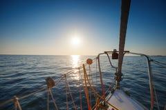 游艇在海运 美好的日落 图库摄影