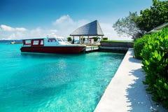 游艇在热带海岛附近停放 免版税库存照片