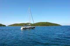 黑游艇在爱奥尼亚海 库存图片