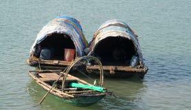 游艇在猫Ba海岛,越南附近的下龙湾 库存照片
