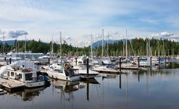 游艇在美丽的温哥华市小游艇船坞,英国哥伦比亚加拿大 免版税库存照片