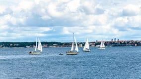 游艇在赫尔新哥和赫尔辛堡之间的厄勒海峡海峡 图库摄影