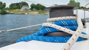 游艇在远航或巡航期间的绳索滑车 股票录像