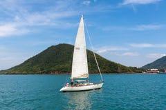 游艇在风帆下 免版税库存图片