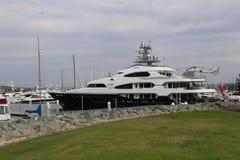 游艇在风雨棚海岛靠了码头在圣地亚哥,加利福尼亚 库存图片