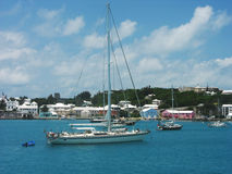 游艇在费尔蒙特哈密尔顿公主附近的哈密尔顿港口百慕大的 库存照片