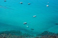 游艇在绿松石海 图库摄影