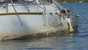 游艇在水的船身击毁 股票录像