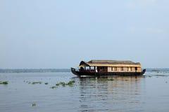 游艇在死水附近运输游人 库存图片