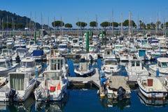 游艇在Hondarribia,巴斯克国家,西班牙小游艇船坞港停泊了  图库摄影