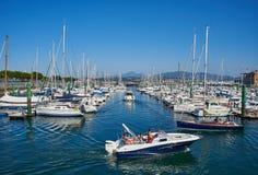 游艇在Hondarribia,巴斯克国家,西班牙小游艇船坞港停泊了  免版税库存图片