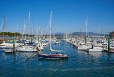 游艇在Hondarribia,巴斯克国家,西班牙小游艇船坞港停泊了  库存图片