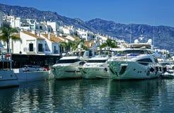 游艇在Puerto Banus,马尔韦利亚,西班牙小游艇船坞  免版税库存照片