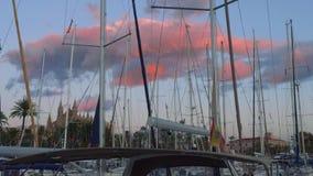 游艇大桃红色云彩和帆柱美丽如画的看法在日落期间的在马略卡 影视素材