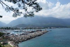 游艇小游艇船坞和山看法在凯梅尔安塔利亚 免版税库存图片