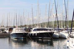 游艇小游艇船坞的全景在Jezera镇在克罗地亚在达尔马提亚地区 在口岸停泊的船安静 库存照片