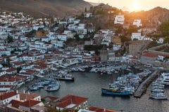 游艇小游艇船坞顶视图九头蛇海岛的,爱琴海 免版税库存图片