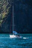 游艇小船在海运 免版税库存照片