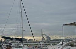 游艇帆柱和索具反对日出的 免版税库存照片