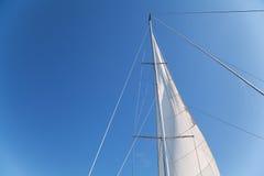 游艇帆柱和风帆在蓝天背景的 免版税库存图片