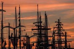 游艇帆柱在日出的在高石牌的结局的口岸 免版税库存照片