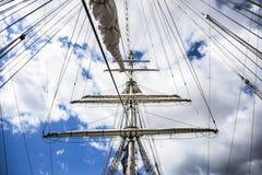 游艇帆柱在日出的在高船的结局的口岸 免版税图库摄影