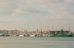 游艇帆柱在Haslar小游艇船坞,波兹毛斯,英国 库存照片