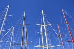 游艇帆柱底视图  免版税图库摄影