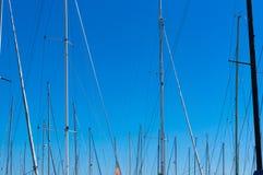 游艇帆柱抽象背景与天空的在背景 库存图片