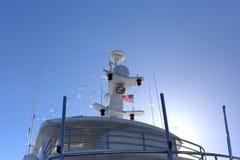 游艇帆柱有美国国旗和蓝天的 图库摄影
