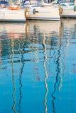 游艇帆柱的反射在水中 免版税库存照片