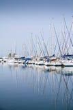游艇帆柱的反射在水中 免版税库存图片