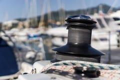 游艇搅盘机有小游艇船坞blured背景 免版税图库摄影