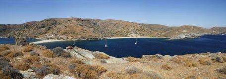 游艇是美丽的盐水湖在晴朗的夏日 全景 库存照片