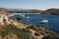 游艇是美丽的盐水湖在晴朗的夏日 免版税库存照片