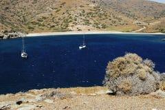 游艇是美丽的盐水湖在晴朗的夏日 免版税库存图片