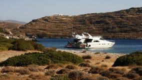 游艇是美丽的盐水湖在晴朗的夏日 库存图片