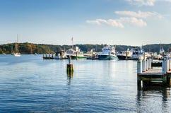 游艇栓了由沿康涅狄格河的跳船决定在一清楚的秋天天 库存图片