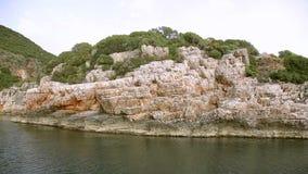 游艇漂浮通过岩石 影视素材