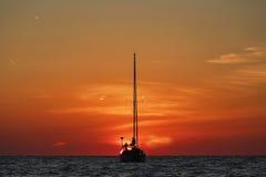游艇现出轮廓在美好的日落 免版税库存图片