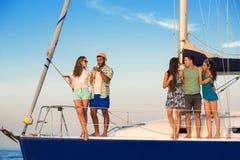 游艇甲板的微笑的人 免版税库存图片