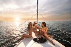 游艇甲板的微笑的女孩 免版税库存照片